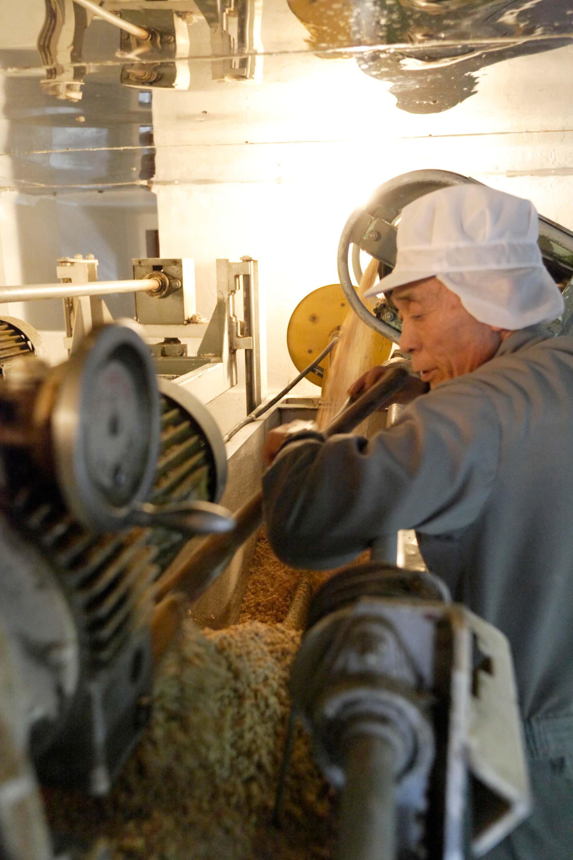 大量生産品の流れ作業と違い、すべての工程に職人の厳しいチェックが入ります。