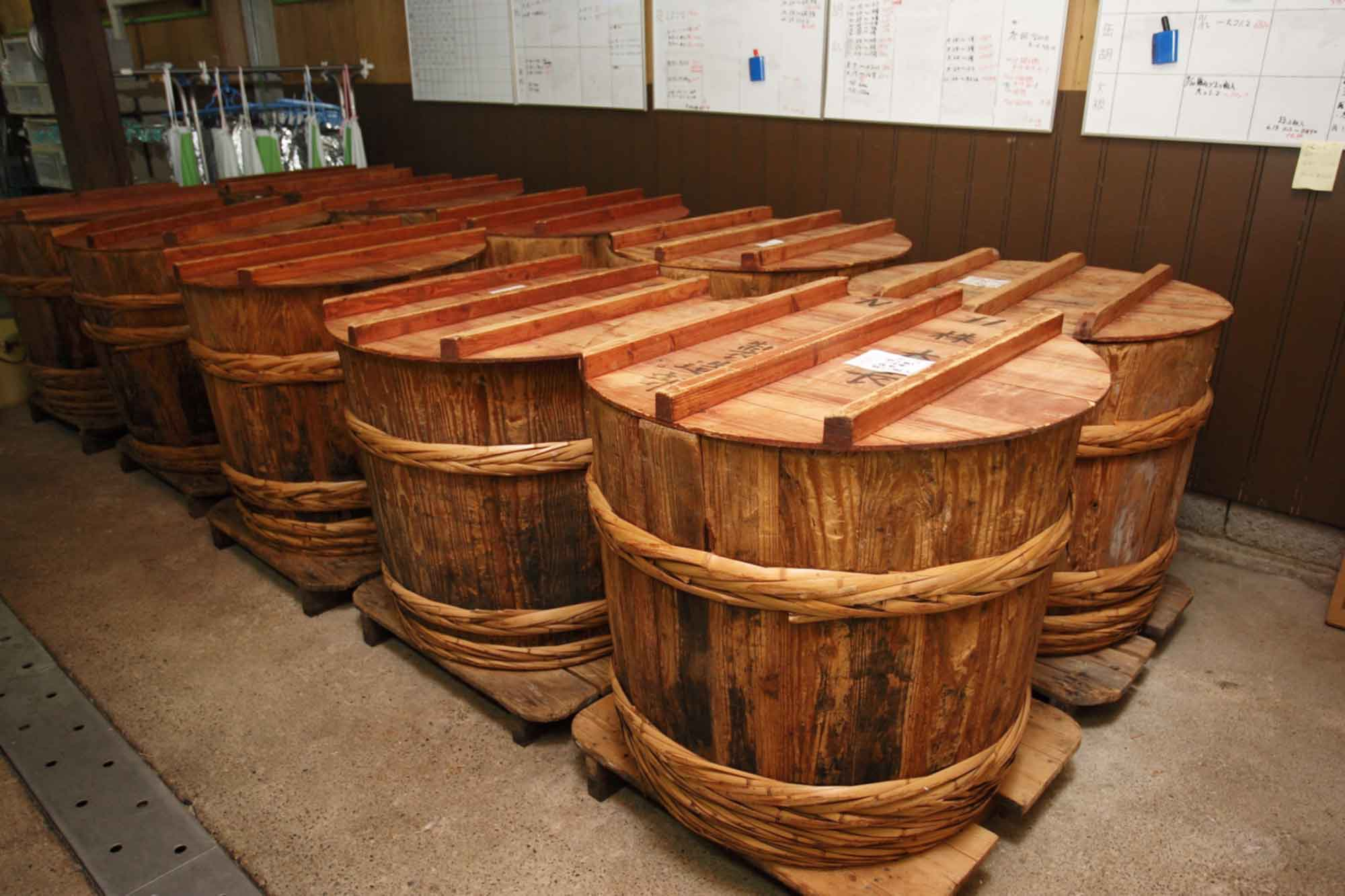 山形県アンテナショップおいしい山形 つくり手を訪ねて|つけもの処 本長:木製の樽で漬け込みを行っています。中には200年近く前の樽もあります。