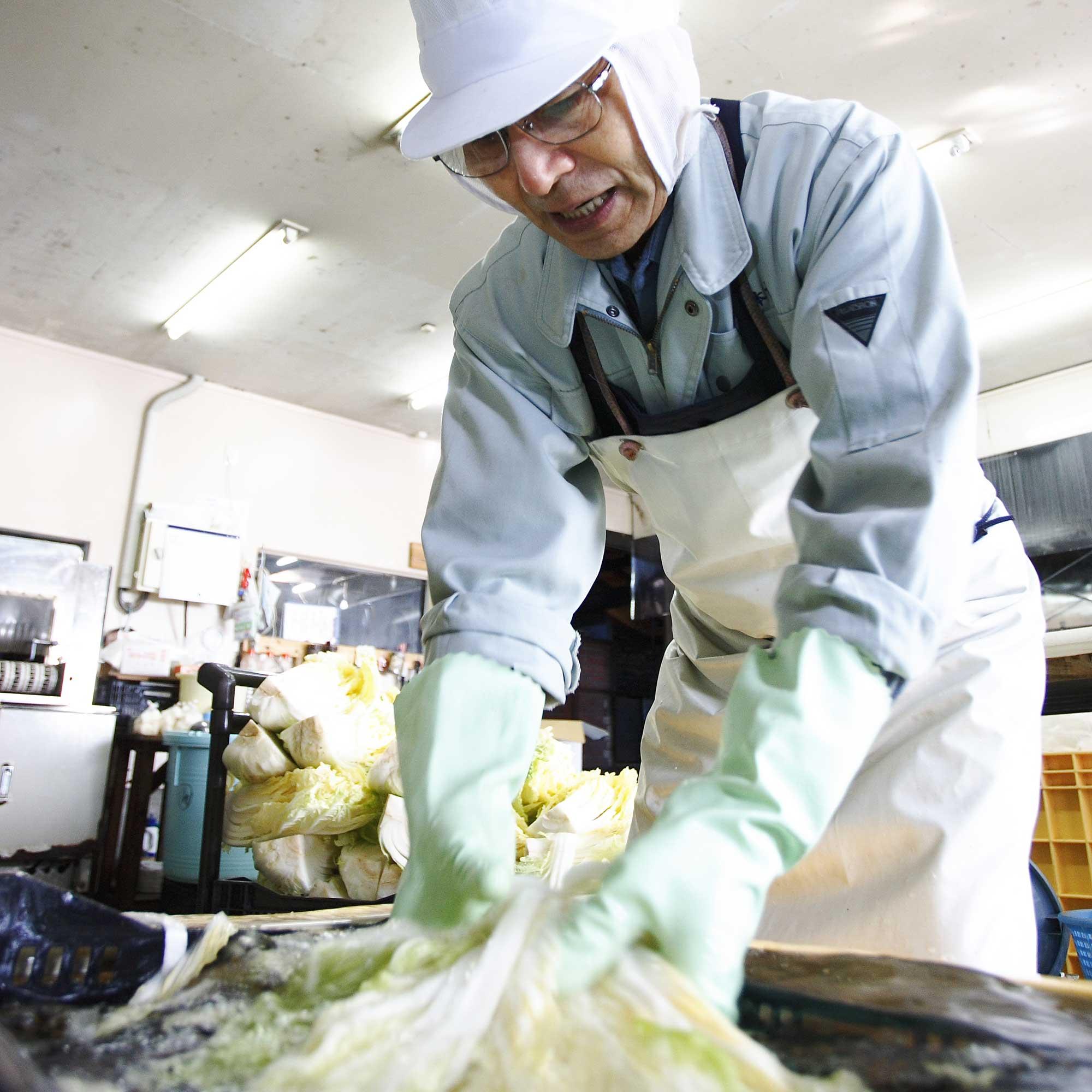 山形県アンテナショップおいしい山形 つくり手を訪ねて|つけもの処 本長:40年以上漬物づくりに携わる山崎さんをはじめ、漬物のプロが手作業で行っています。