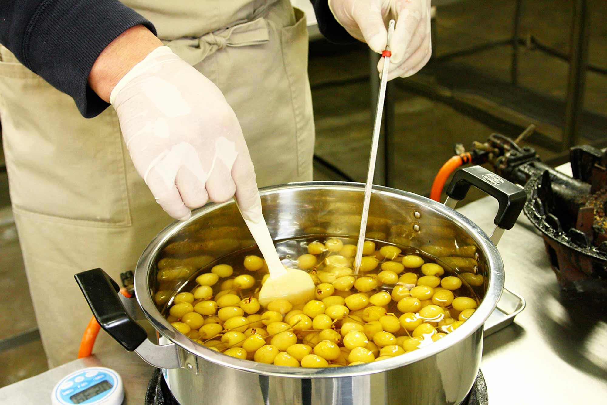 山形県アンテナショップおいしい山形 つくり手を訪ねて|株式会社サエグサファクトリー:                 早摘みした黄色いさくらんぼを、リキュールで香り付けした蜜でゆっくりと煮詰めます。