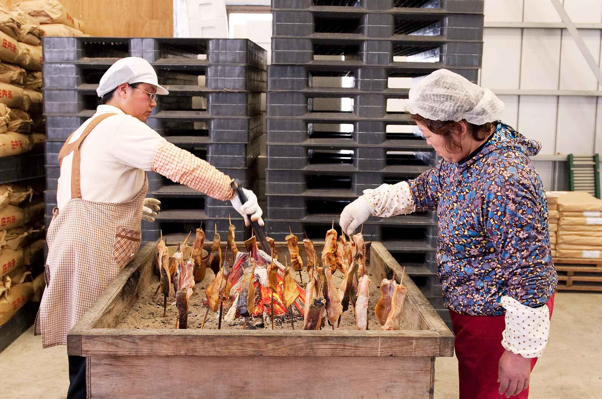 山形県アンテナショップおいしい山形 つくり手を訪ねて|さけます増殖資源加工センター:                 塩で2日間熟成された後、さらに2~3日味噌粕に漬け込んだ状態で、炭火焼きが行われます。
