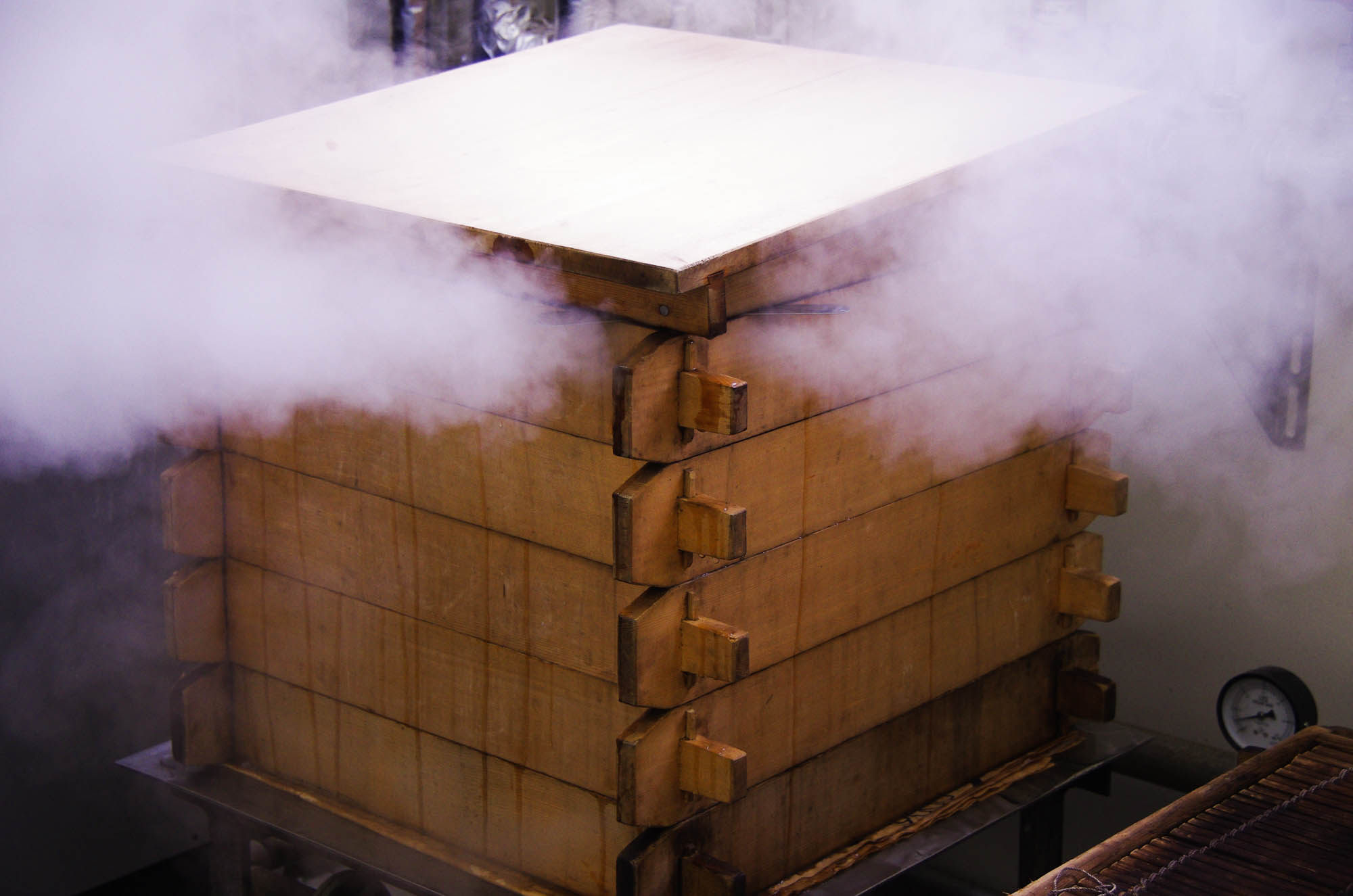 山形県アンテナショップおいしい山形 つくり手を訪ねて 蒸し器にかけ、蒸気で蒸し上げます。蒸気の加減は、職人の長年の経験で見極められます。