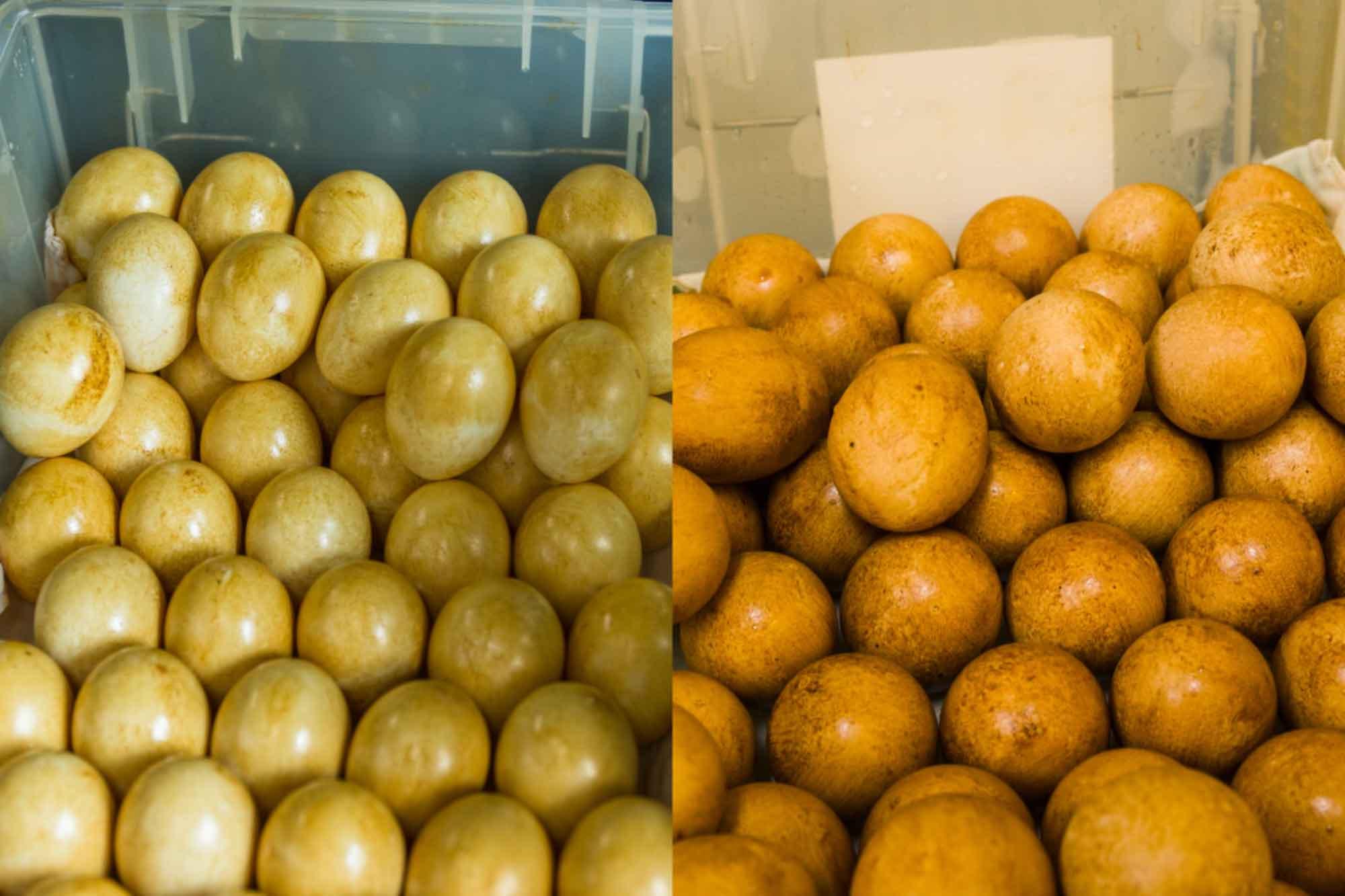 山形県アンテナショップおいしい山形 つくり手を訪ねて|有限会社半澤鶏卵:上が熟成前の卵。下が熟成後の卵。色が濃くなっていることがわかります。