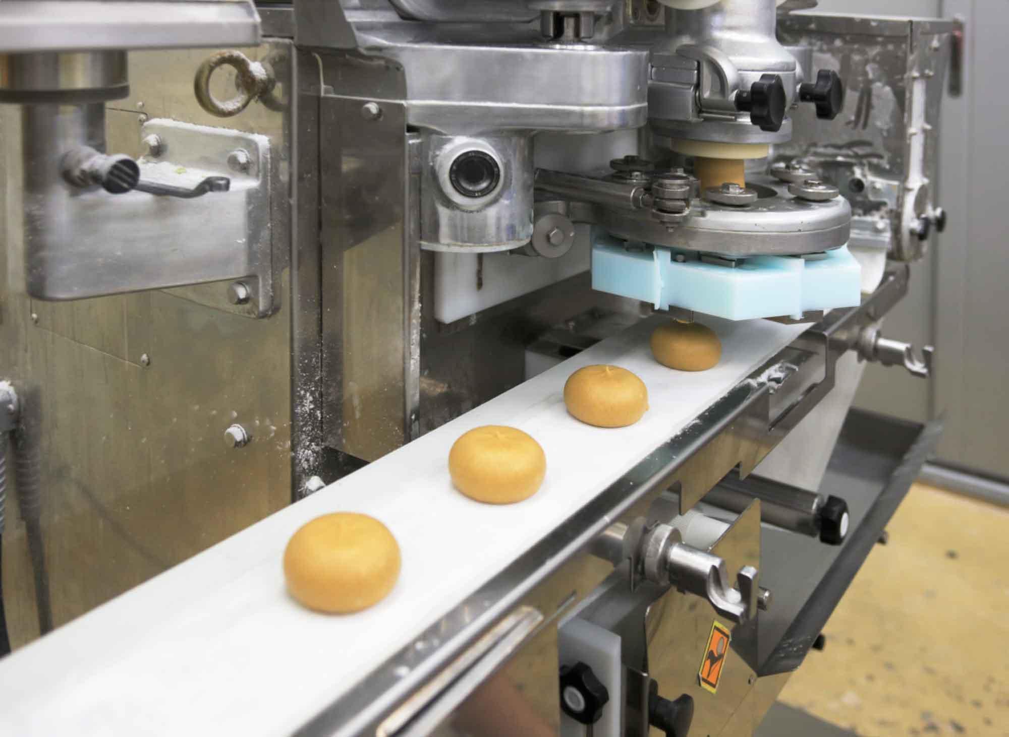 山形県アンテナショップおいしい山形 つくり手を訪ねて|出羽菓子処みのりや(有限会社達商):                 【包餡】できたてのとちもちはぷっくりと可愛いフォルム。週に1度、約1,500個が作られる。