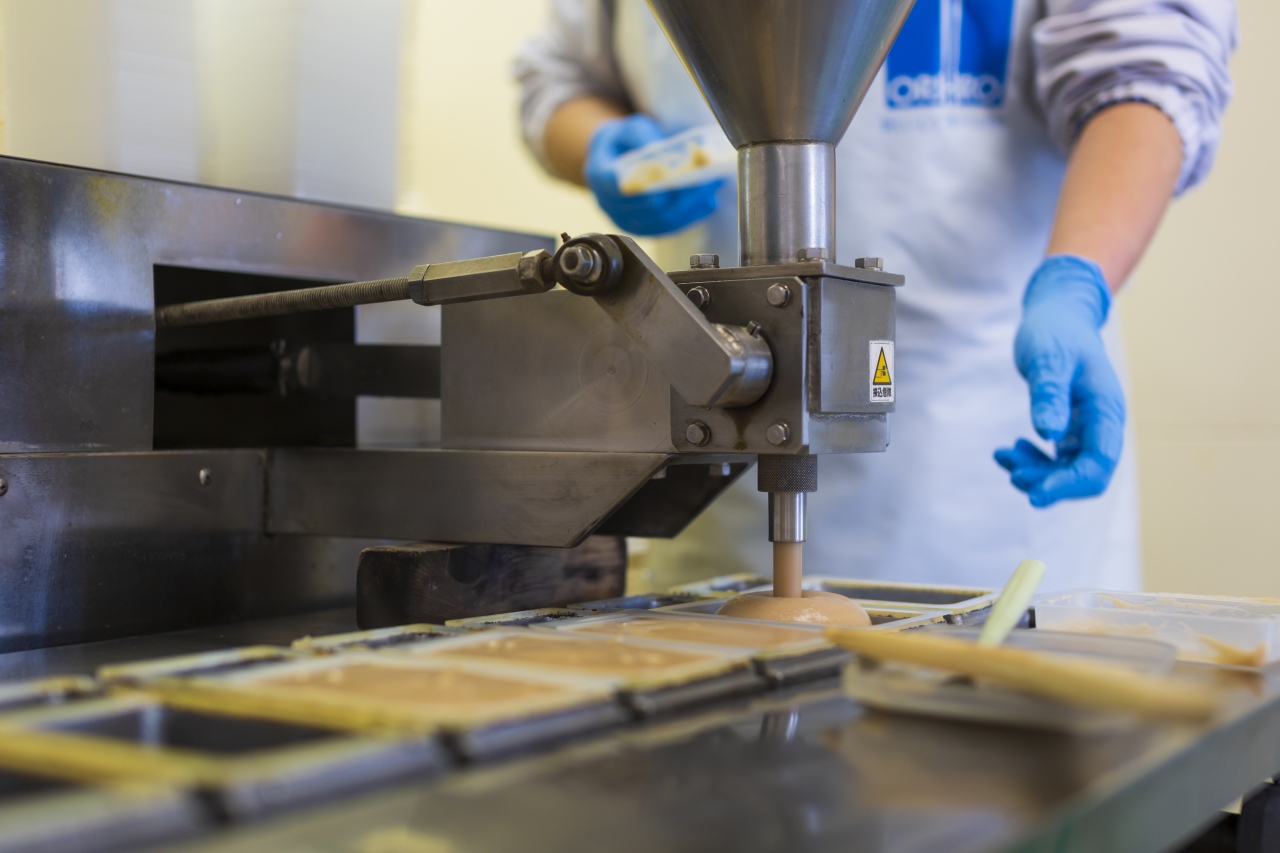 山形県アンテナショップおいしい山形 つくり手を訪ねて|ヤマコン食品有限会社:                                         パック詰後、井戸水で急速に冷やされながら旨味を増すくるみどうふ。